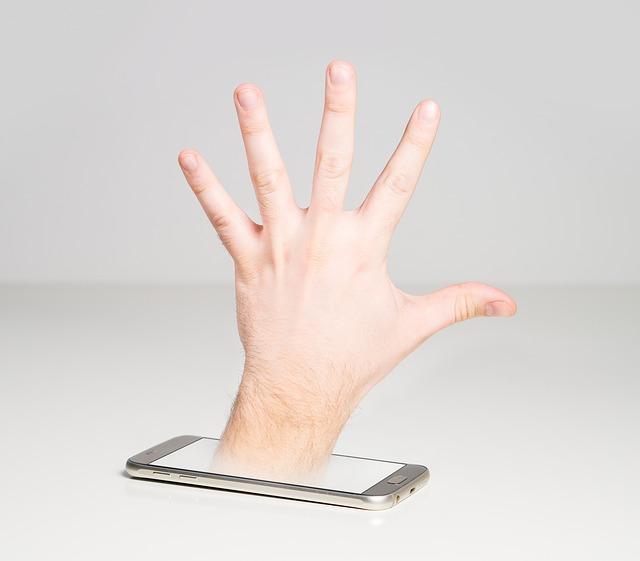 ruka v mobilu