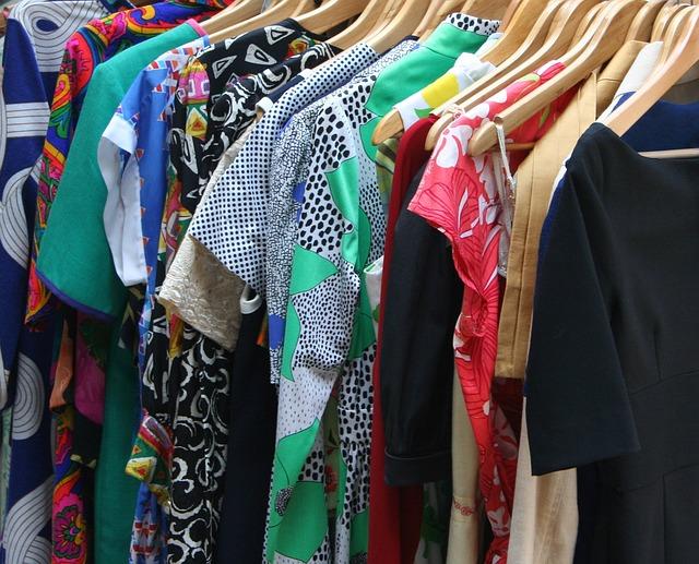oděvy na věšáku