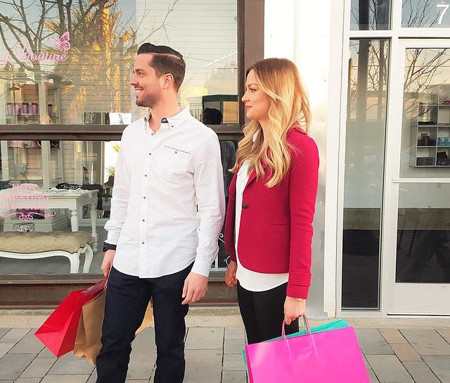 muž a žena s nákupními tašky