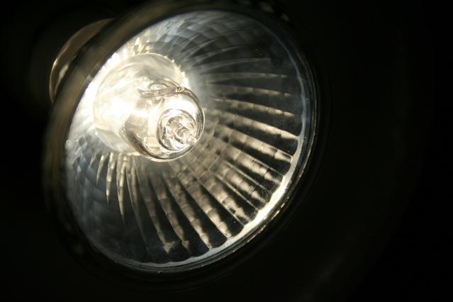 rozsvícená halogenová žárovka.jpg