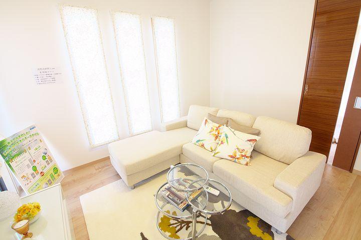 malý světlý obývací poko