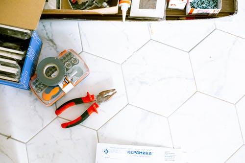 Proč by vám doma neměla chybět lepící páska? Její využití je mnohostranné.