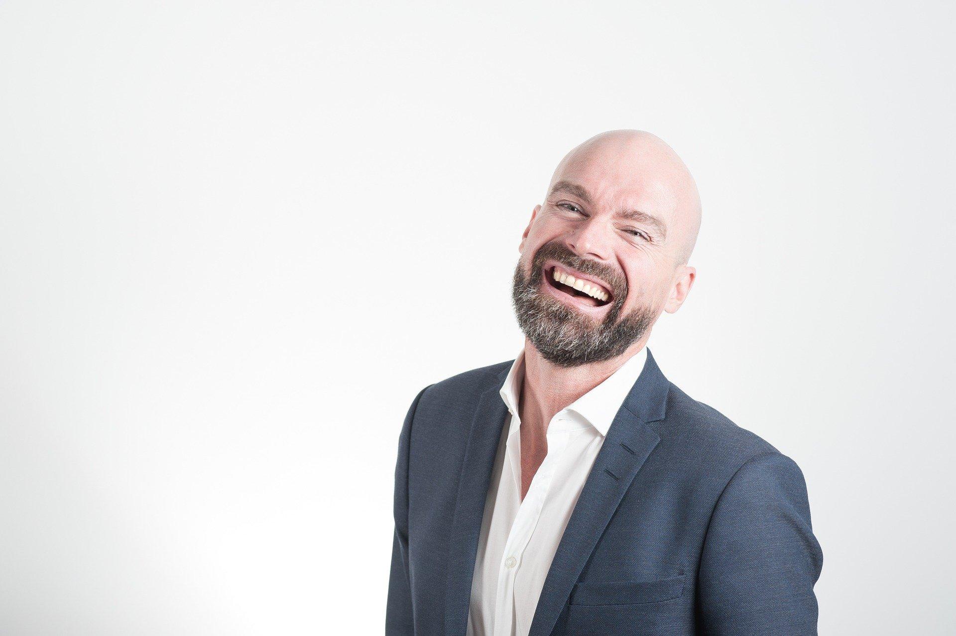 smějící se muž